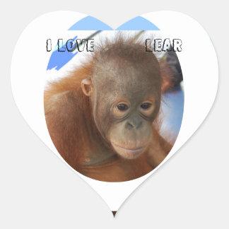 Bebé lindo del orangután pegatina en forma de corazón