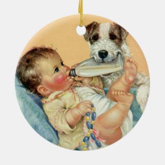 Bebé lindo del vintage con el perro de la botella adorno redondo de cerámica