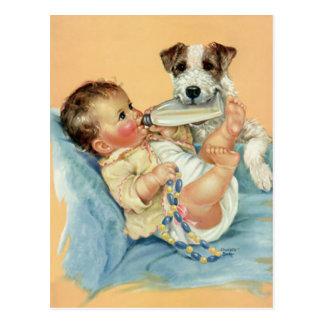Bebé lindo del vintage con el perro de la botella