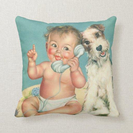 Bebé lindo del vintage que habla en perro de cojín
