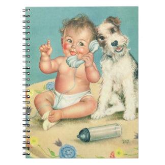 Bebé lindo del vintage que habla en perro de cuaderno