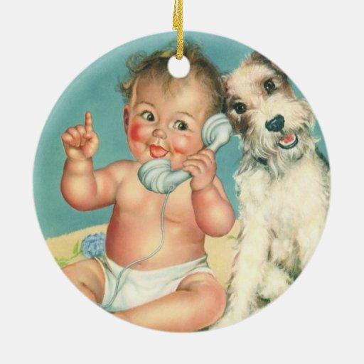 Bebé lindo del vintage que habla en perro de adorno redondo de cerámica