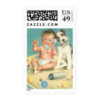 Bebé lindo del vintage que habla en perro de estampillas