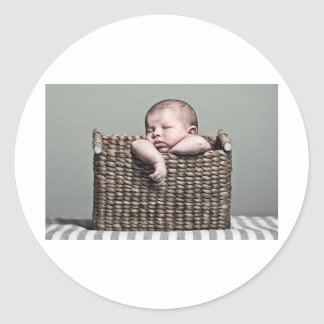 Bebé lindo en cesta etiquetas redondas