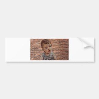 Bebé lindo en la pared de ladrillo pegatina para auto