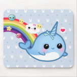 Bebé lindo narwhal con el arco iris, las nubes y l alfombrillas de ratones
