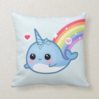 Bebé lindo narwhal y arco iris cojín
