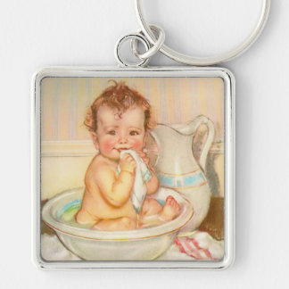 Bebé lindo que tiene un baño llavero cuadrado plateado