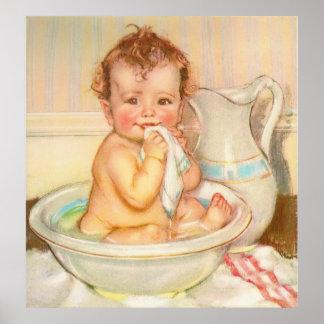 Bebé lindo que tiene un baño posters