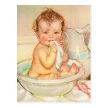 Bebé lindo que tiene un baño postales