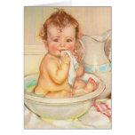 Bebé lindo que tiene un baño tarjetas