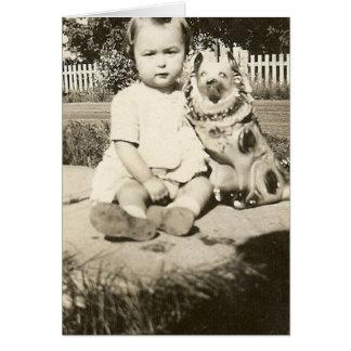 bebé lindo y su tarjeta de felicitación del perro