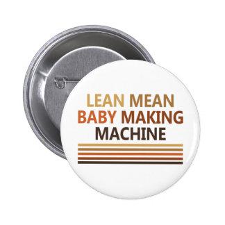 Bebé malo magro que hace la máquina pin redondo de 2 pulgadas