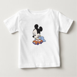 Bebé Mickey Mouse que juega con el coche del Remera