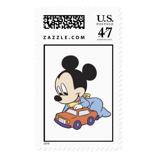 Bebé Mickey Mouse que juega con el coche del Timbre Postal