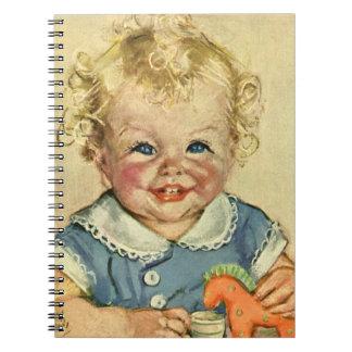 Bebé o chica escandinavo rubio lindo del vintage libro de apuntes con espiral