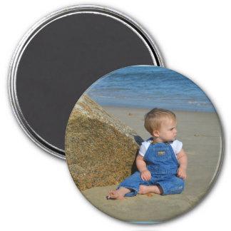 Bebé por el océano que reflexiona imán redondo 7 cm