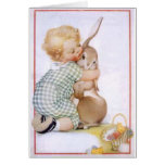 Bebé que abraza el conejito de pascua tarjetas