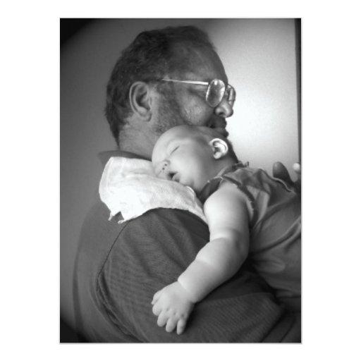 Bebé que duerme en el hombro del abuelo invitacion personalizada