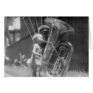 Bebé que juega a Tuba, 1923 Tarjeta De Felicitación