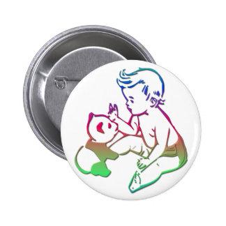 Bebé que juega con el oso de panda relleno pin