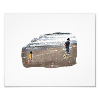 Bebé que persigue al hombre en arte de la playa fotografía