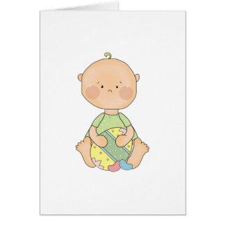 bebé que sostiene el huevo de Pascua Tarjeta De Felicitación