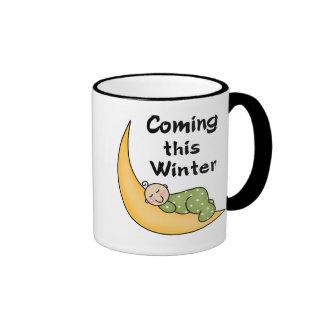 Bebé que viene este invierno taza de dos colores