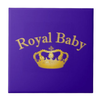 Bebé real con la corona de oro azulejos