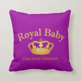 Bebé real con la corona de oro almohadas