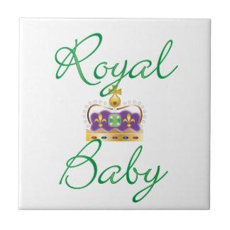 Bebé real con púrpura y la corona del oro azulejos