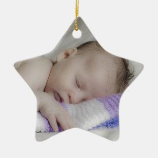 Bebé recién nacido durmiente hermoso adorno de cerámica en forma de estrella