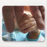 Bebé recién nacido que sostiene los regalos de los tapetes de raton