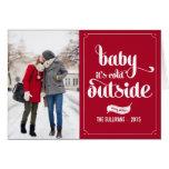 Bebé rojo es tarjeta exterior fría del día de fies