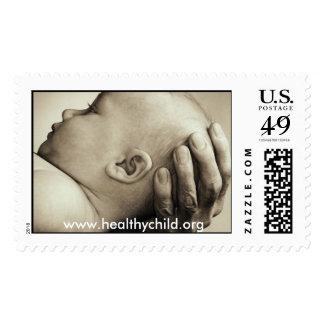 Bebé sano del niño en manos sellos