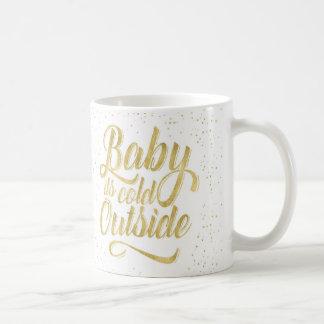 Bebé su taza de café exterior fría con nieve