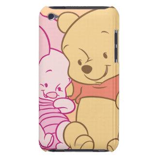 Bebé Winnie the Pooh y abrazo del cochinillo iPod Touch Case-Mate Cárcasa