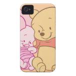 Bebé Winnie the Pooh y abrazo del cochinillo iPhone 4 Case-Mate Protector