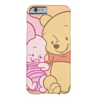 Bebé Winnie the Pooh y abrazo del cochinillo Funda De iPhone 6 Barely There