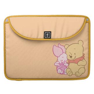 Bebé Winnie the Pooh y abrazo del cochinillo Fundas Macbook Pro