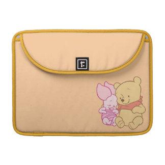Bebé Winnie the Pooh y abrazo del cochinillo