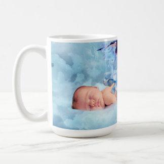 Bebé y cigüeña de la fantasía taza