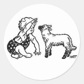 Bebé y cordero etiqueta redonda