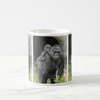 Bebé y mamá del gorila taza de café
