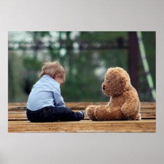 Bebé y oso de peluche posters