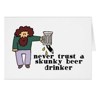 Bebedor de cerveza de Skunky Tarjetas