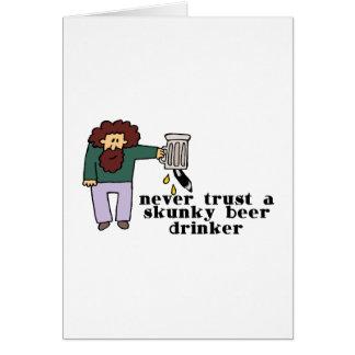 Bebedor de cerveza de Skunky Tarjeton