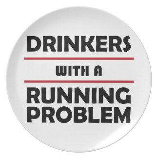 Bebedores con un problema corriente plato para fiesta