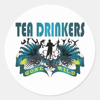 Bebedores del té idos salvajes pegatina redonda
