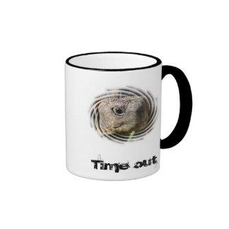 Beben tiempo muerto al café taza